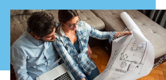 Couple regardant les plans de leur futur logement