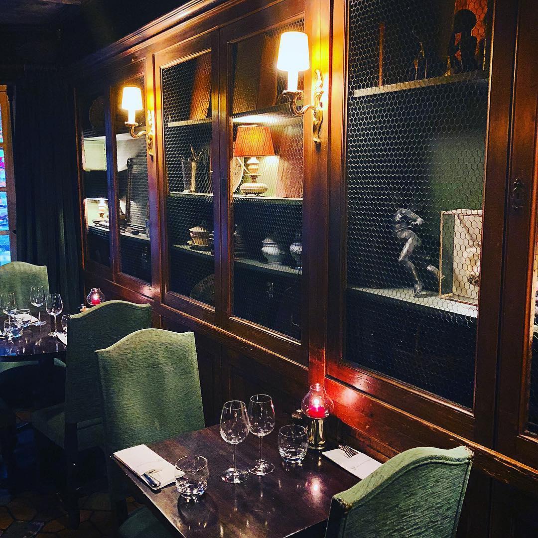 Tafeln Sie in Gegenwart von Büchern wie Der kleine Prinz oder Märchenbüchern. Restaurant Paris.