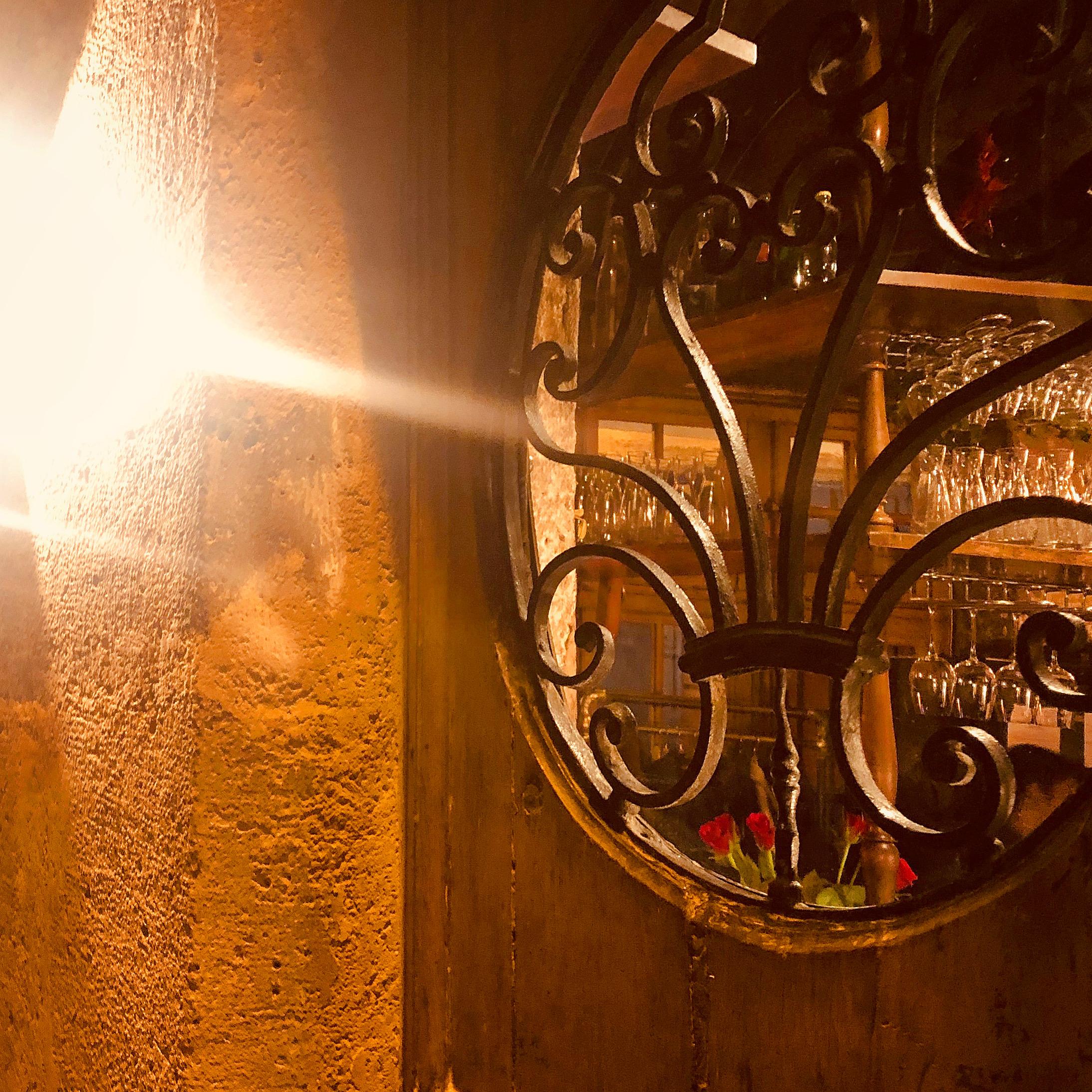 Пешеходная дверь из дерева мауклера и кованые железные ворота XVIII века.
