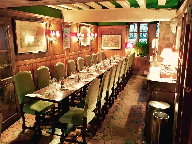 Grande table au restaurant