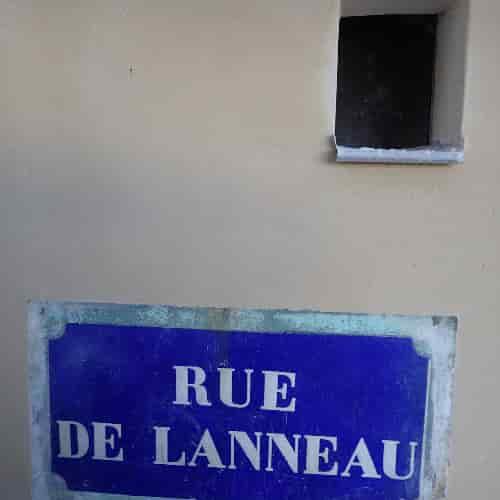 Cette plaque de Rue de Lanneau date de 1830. A l'angle de la Rue de Lanneau et de l'Impasse Chartière.