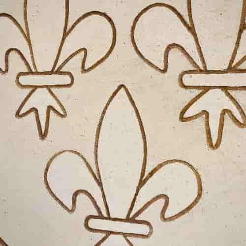 A même la chaux, gravure sur la façade du 11 Rue de Lanneau. Elle représente trois fleurs de Lys.