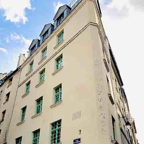 Фасад отреставрированного в 2019-2020 годах здания 17 века. Париж 5.