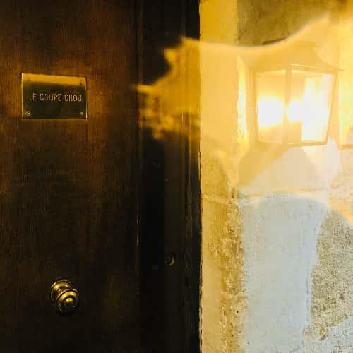 Remontez légèrement l'impasse Chartière, à droite de l'entrée habituelle du restaurant. une petite entrée, un couloir, une porte en bois. L'