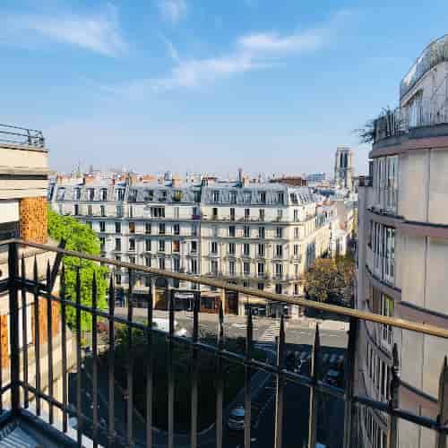 Von der privaten Terrasse des Restaurants Le  Coupe-Chou  kann man Notre-Dame de Paris sehen.