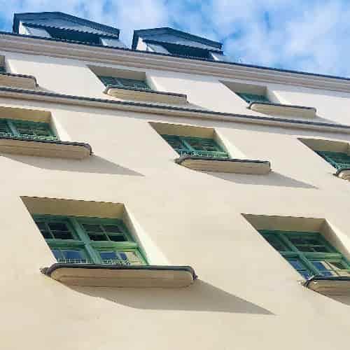 Cette chaux protège une ossature en pan de bois du XVIIème siècle. Fenêtres à petits carreaux et des fenêtres à guillotine au dernier étage.