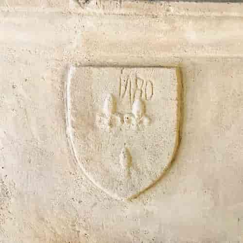 Cet écussion présent sur la cheminée principale du Restaurant Le Coupe-Chou représente trois fleurs de lys.