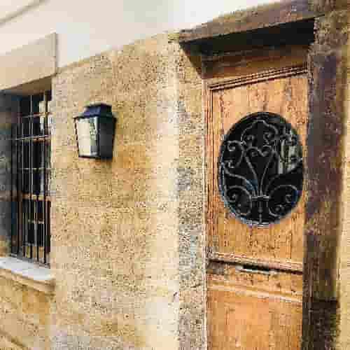 Aviez-vous déjà remarqué cette porte piétonne en bois à mauclair et sa grille en fer forgé du XVIIIe siècle ?