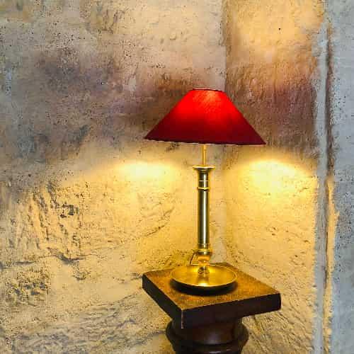 Cet ancien bougeoir a été transformé en lampe. Cordon en tissus.