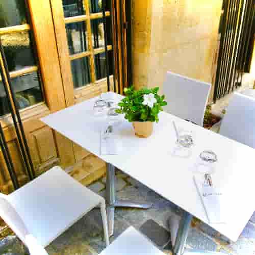 Une des tables de la terrasse du Coupe-Chou.