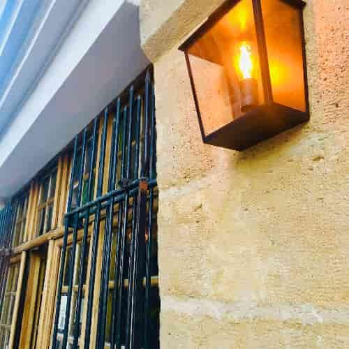 Lanterne située à droite de la Porte du Restaurant Le Coupe-Chou.