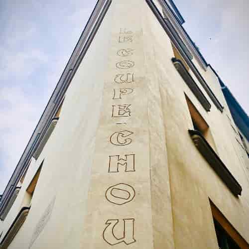 """Angle de la façade du XVIIe siècle avec l'inscription """"Le Coupe-Chou""""."""