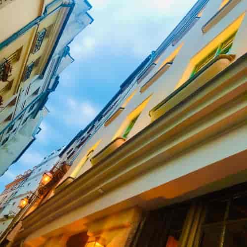 Le plaisir d'une rue calme à Paris. Le service au Coupe-Chou va commencer, ambiance et illuminations chaleureuses.