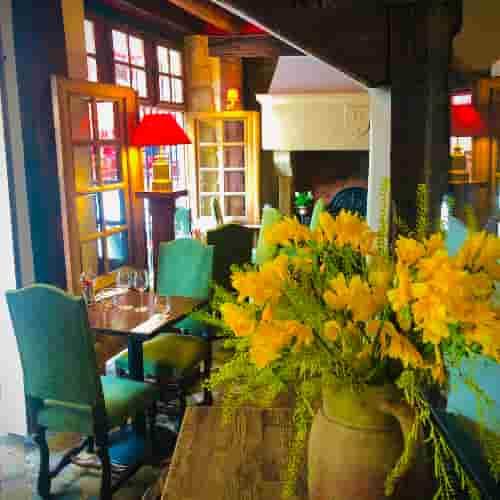Bouquets de fleurs et portes fenêtres grandes ouvertes. Ambiance d'été au Coupe-Chou !