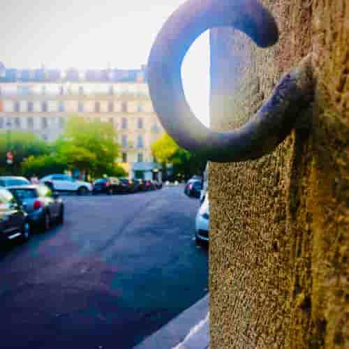 Ce crochet est visible au 1 impasse Chartière, à l'angle du 11 rue de Lanneau.