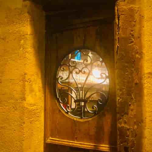Cette grille en fer forgé du XVIIIe siècle est visible au 1 impasse Chartière, l'une des portes du Restaurant Le Coupe-Chou.