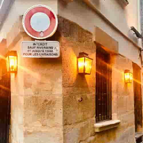 Angle de rue en pierre avec panneau interdit sauf aux riverains.