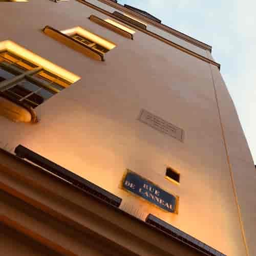 """Cette plaque de rue date de 1830. Juste au dessus, la plaque en pierre avec la mention """"Le Coupe Chou, maison fondée en 1962""""."""
