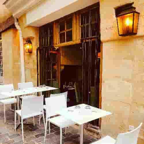 Le Restaurant Le Coupe-Chou est situé dans l'une des rues les plus calmes du Quartier Latin.