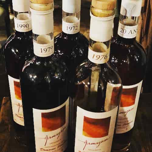 Au Domaine Seailles, la distillation est conduite au domaine au moyen d'un alambic en continu chauffé au bois, élevé en pièce de chêne .