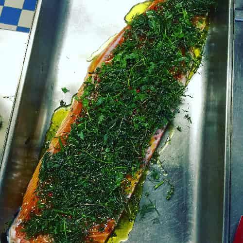 Pour réaliser le gravlax de saumon, il faut prendre le temps de cuire et de mariner le gravlax de saumon.