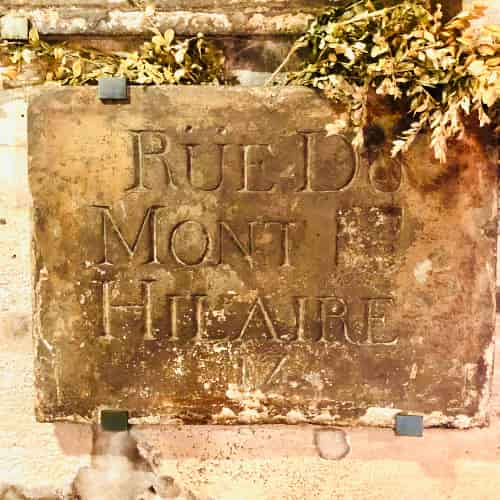 """Rue du Mont """"Saint"""" Hilaire dont le """"Saint' a été buriné pendant la révolution."""