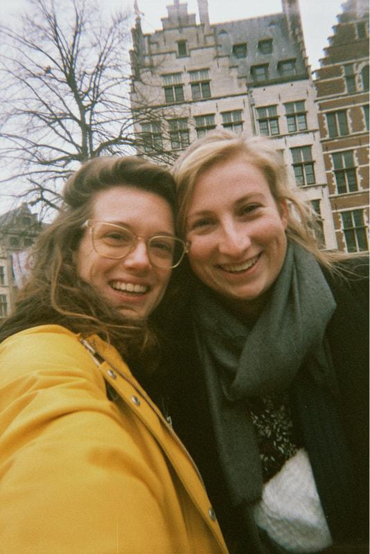 Een selfie van mijn vriendin en ik in antwerpen. We lachen naar de camera.