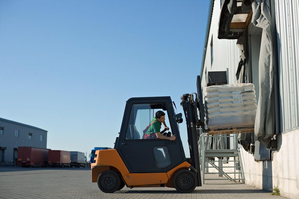 Montacargas realizando operaciones de almacenaje en CEDIS