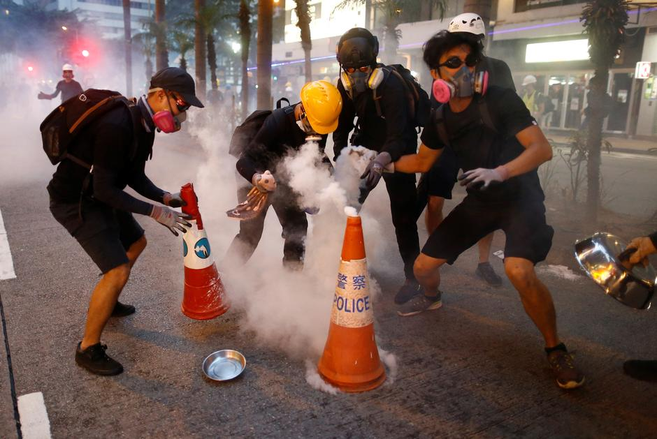 Hong Kong Protestors using pylons to put out tear gas