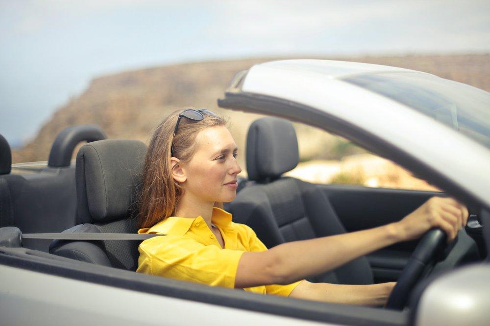 Ik ben 18 en heb net mijn voorlopig rijbewijs gehaald. Kan ik nu een autoverzekering nemen? En hoe zorg ik ervoor dat de prijs redelijk blijft?