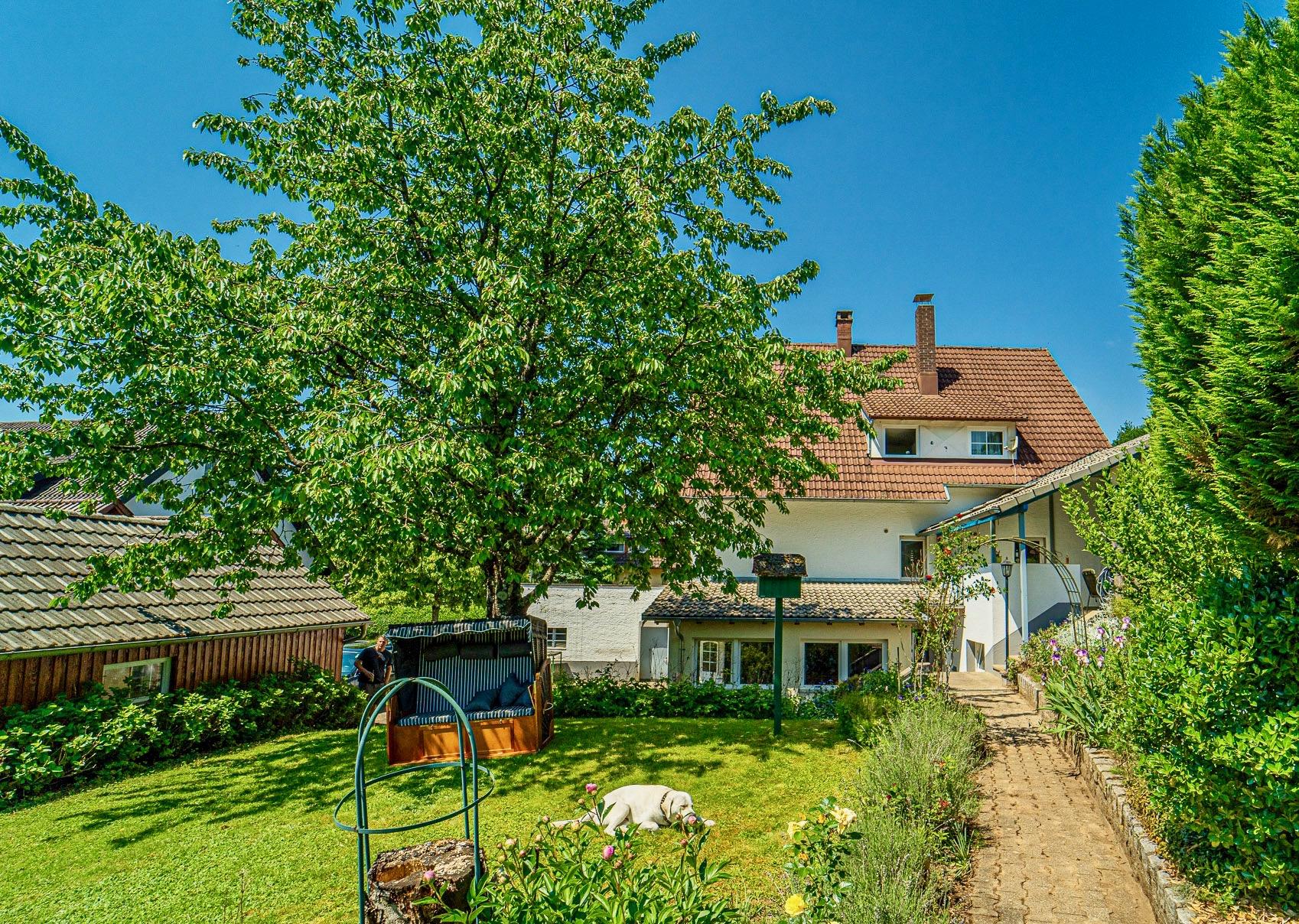 Familientraum! Gepflegtes freistehendes Zweifamilienhaus mit großem Garten und drei Garagen in Wehr-Öflingen