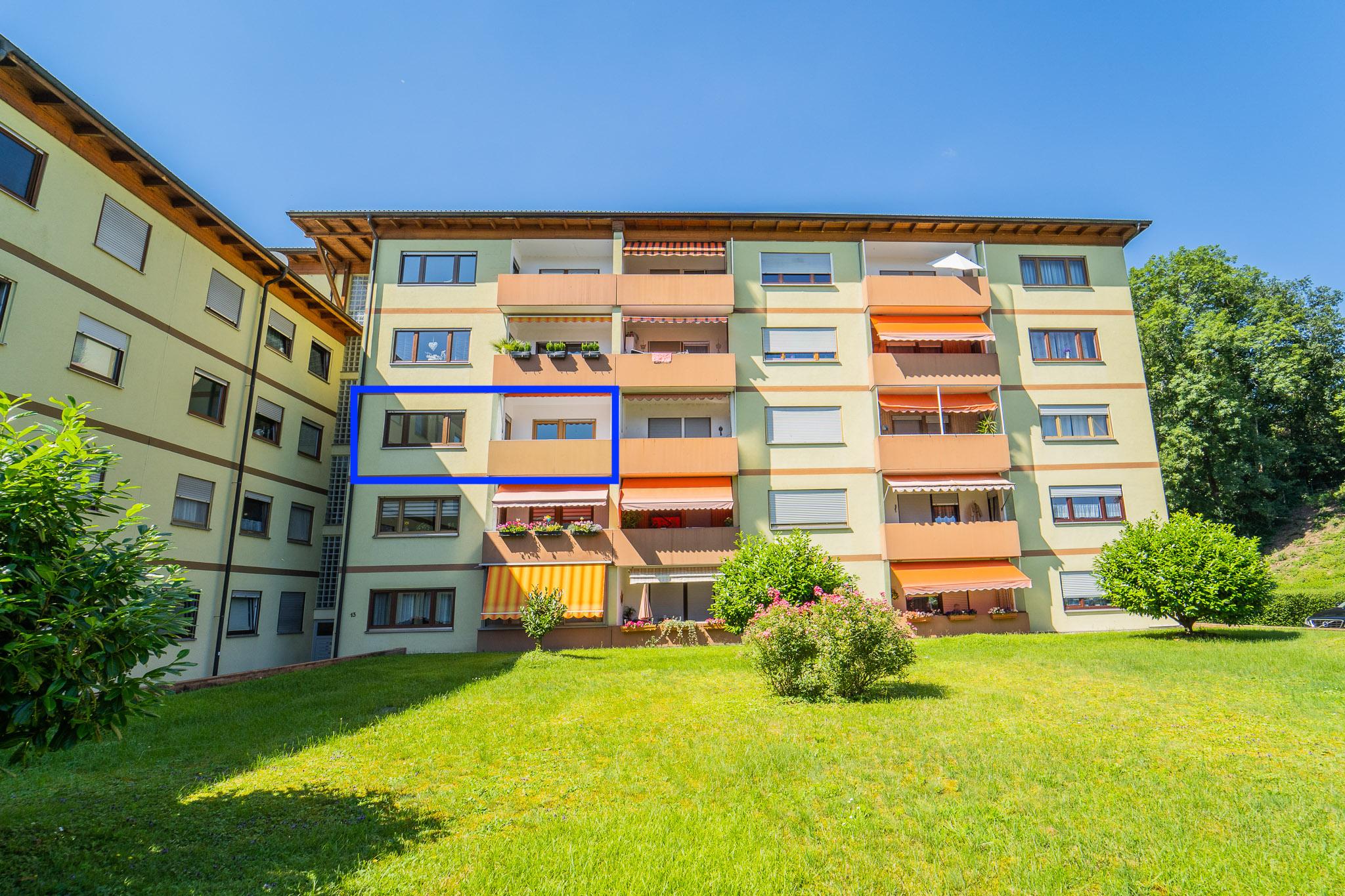 Lichtdurchflutete 3,5 Zi. Eigentumswohnung mit zwei Loggen und Tiefgaragenplatz in Wehr-Öflingen