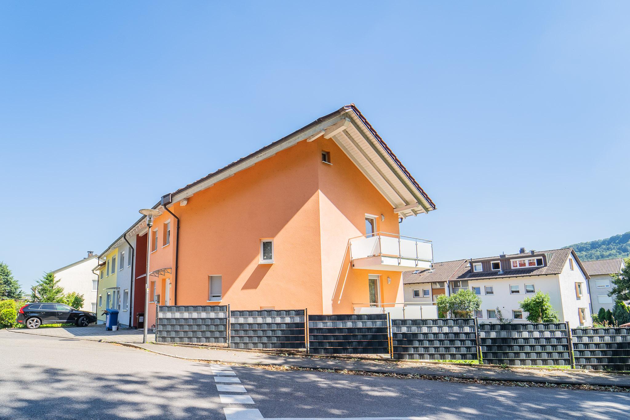 Neuwertiges lichtdurchflutetes Reihenendhaus mit Garage und drei Stellplätzen zentral in Bad Säckingen