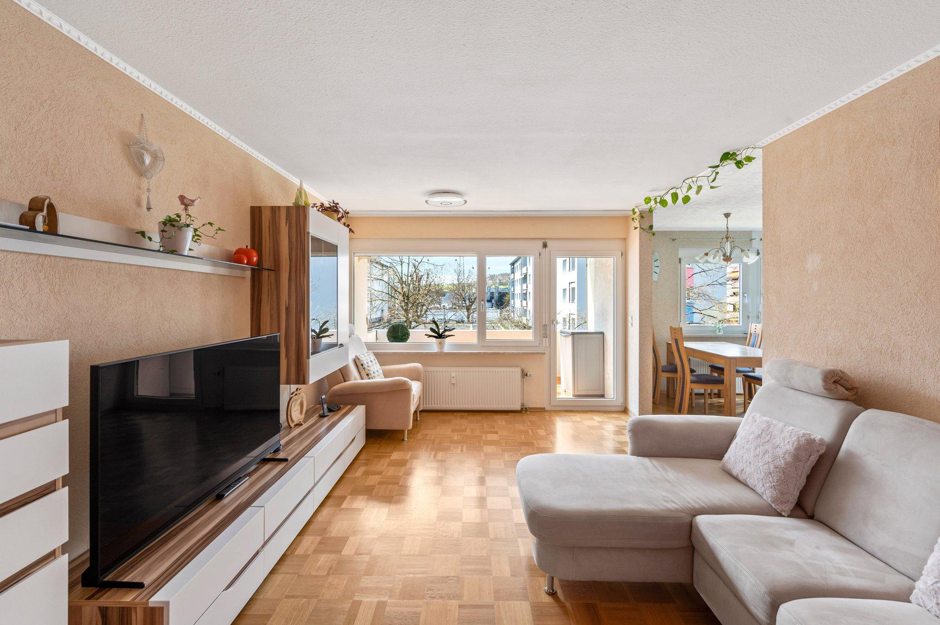 Zentrale sehr gepflegte helle 3,5 Zi. Eigentumswohnung mit Parkett und Loggia in Lörrach