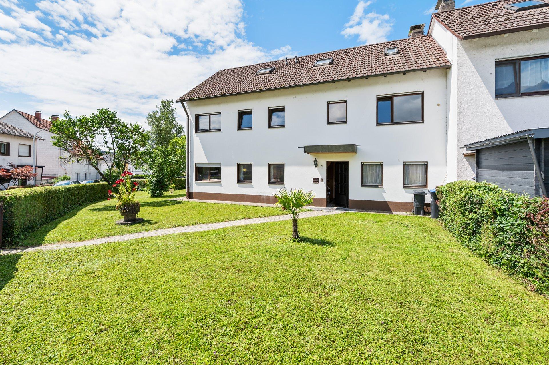 Familientraum! Mehrgenerationenhaus mit großem Garten und drei Garagen in Toplage in Steinen