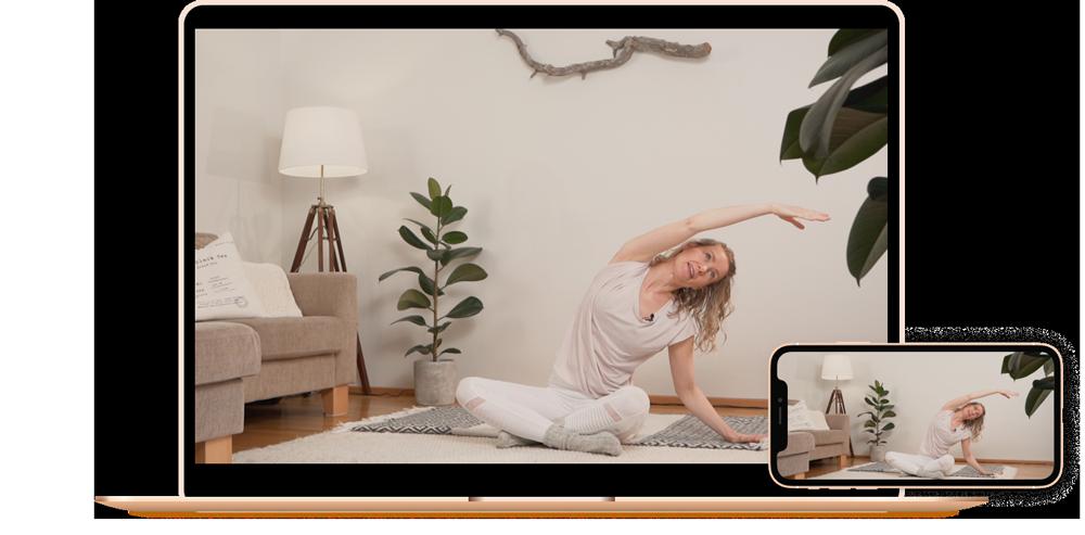 Tietokone ja puhelin vierekkäin joissa ohjaaja Johanna Salonen tekee Pilates liikettä istuen matolla