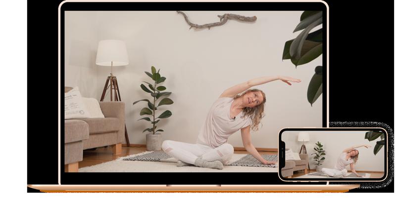 Tietokone ja puhelin joissa kuva verkkokurssin ohjaajasta tekemässä Pilates liikettä