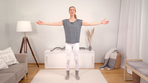 Liikunnanohjaaja ja äiti Johanna Salonen tekee Pilates liikettä olohuoneen matolla jolla pääset kuntoon raskauden ja synnytyksen jälkeen ja kuntoutat keskivartalon, lantionpohjan lihakset ja vatsalihasten erkauman