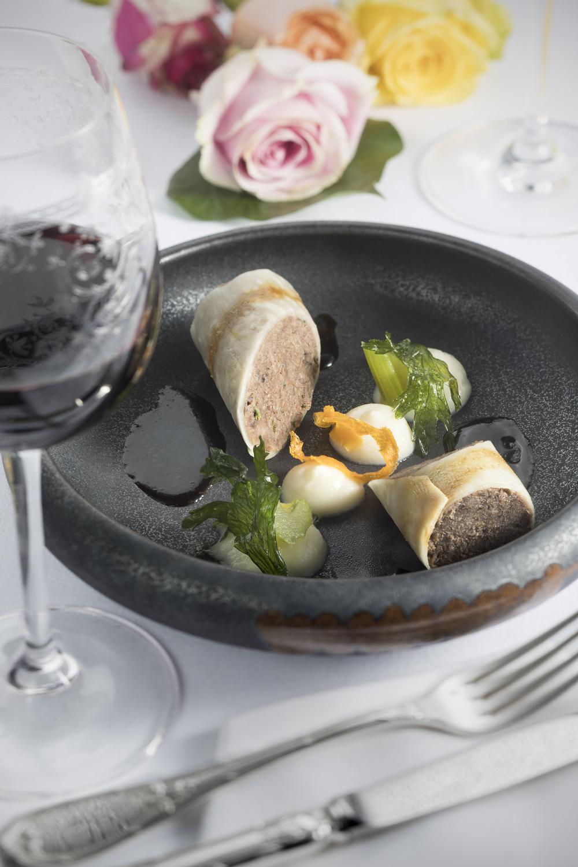 Pressé de joue et queue de bœuf au vin rouge en habit de céleri rave, céleri branche et feuille, jus acidulé