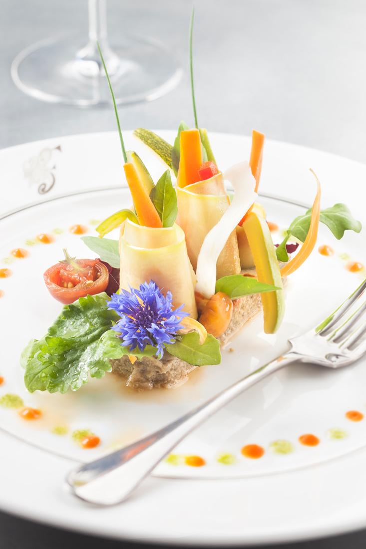 Légumes et fleurs du jardin papeton d'aubergine, concassée de tomates au basilic frais