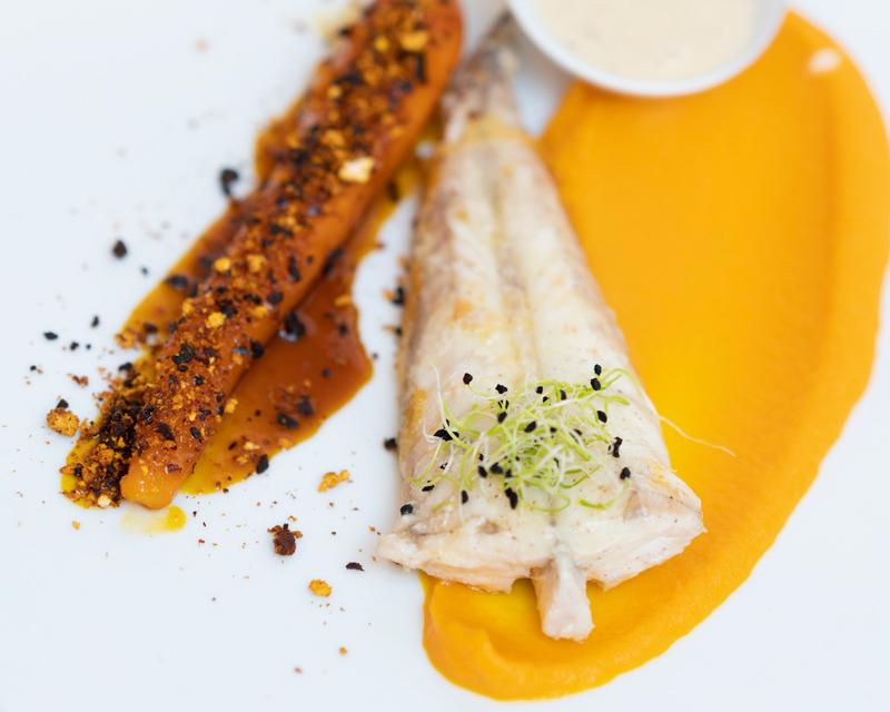 Queue de lotte confite au jus de carottes et chorizo ibérique, beurre de badiane