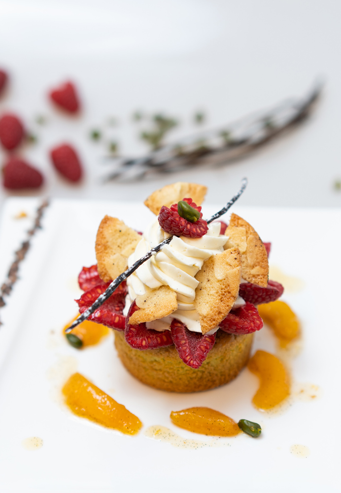 Financiers pistache-framboise compotée d'abricots et ganache chocolat blanc, tuile aux amandes