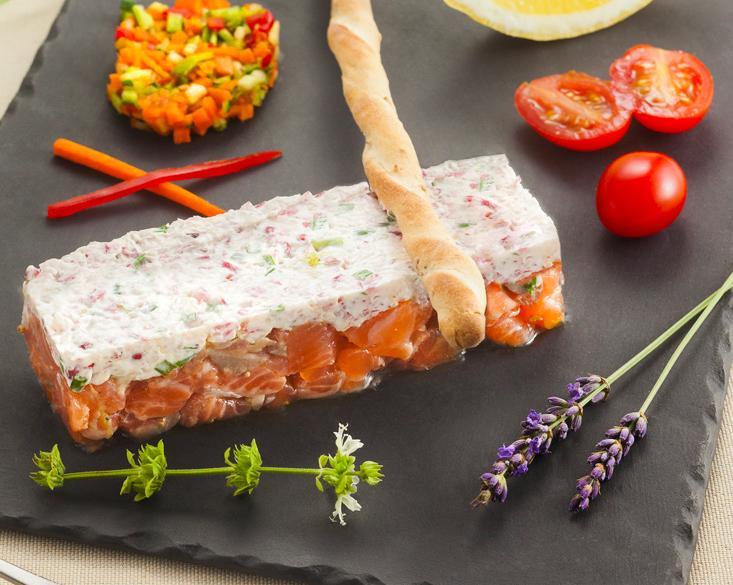 Tartare de saumon julienne de légumes, graines de sésame au wasabi