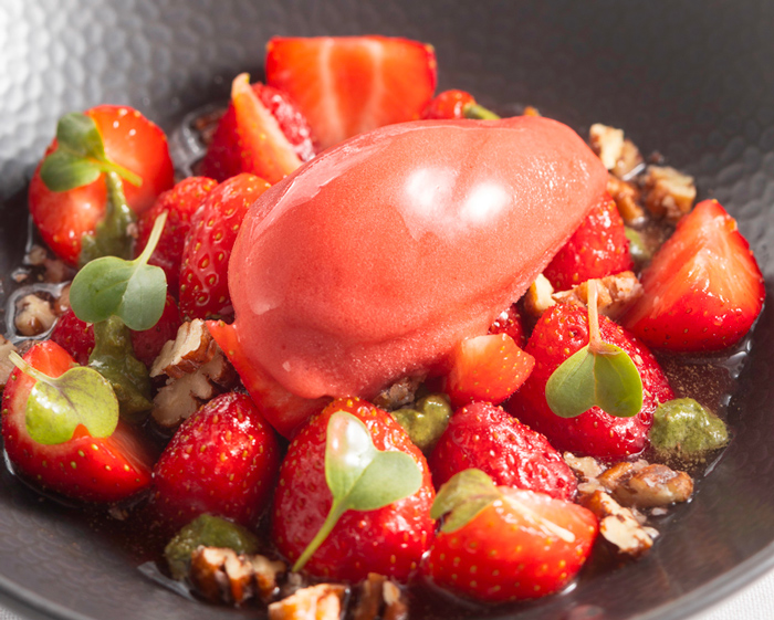 La fraise dans son jus pochée à l'huile d'olive, pesto basilic