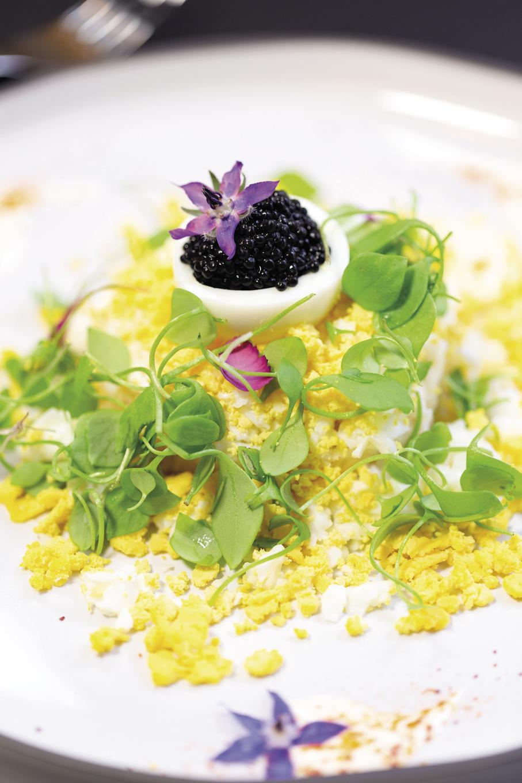Mimosa d'œuf, remoulade de céleri rave aux agrumes, caviar de hareng fumé