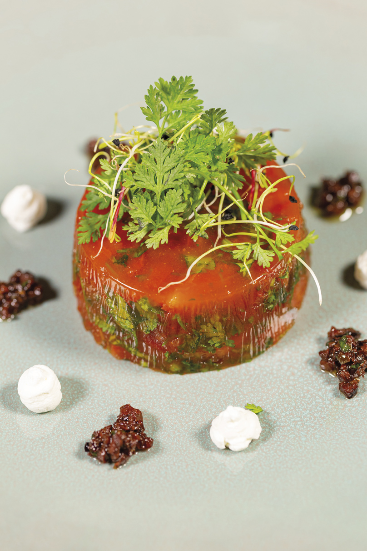 Fraîcheur de tomates aux herbes, mousse de feta, tapenade