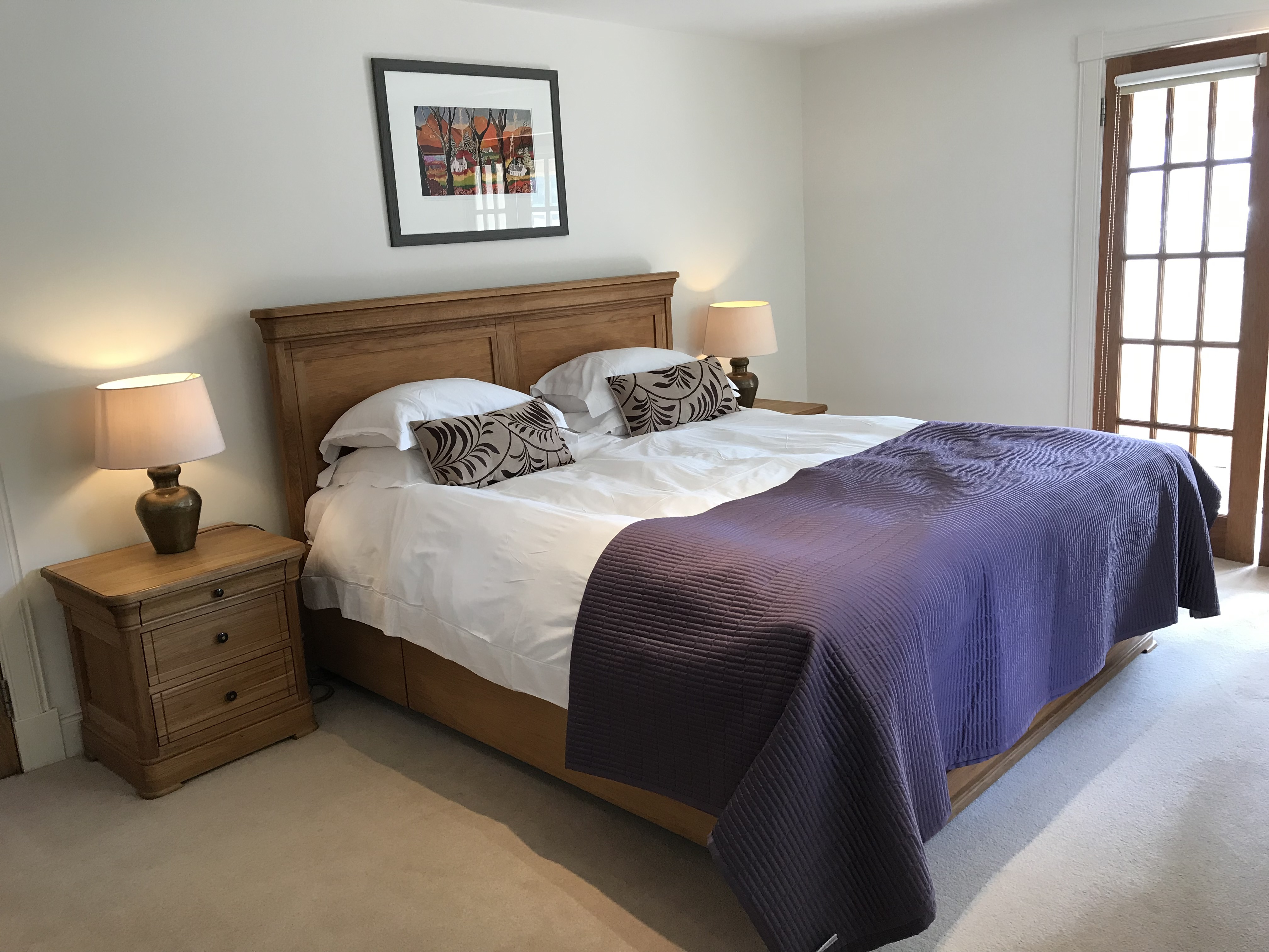 A SPACIOUS LUXURY ROOM WITH A SUPER KING SIZE BED AND EN SUITE SHOWER ROOM, A SEPARATE SITTING AREA OVER LOOKING THE SHORE. THIS ROOM IS ON THE GROUND FLOOR.