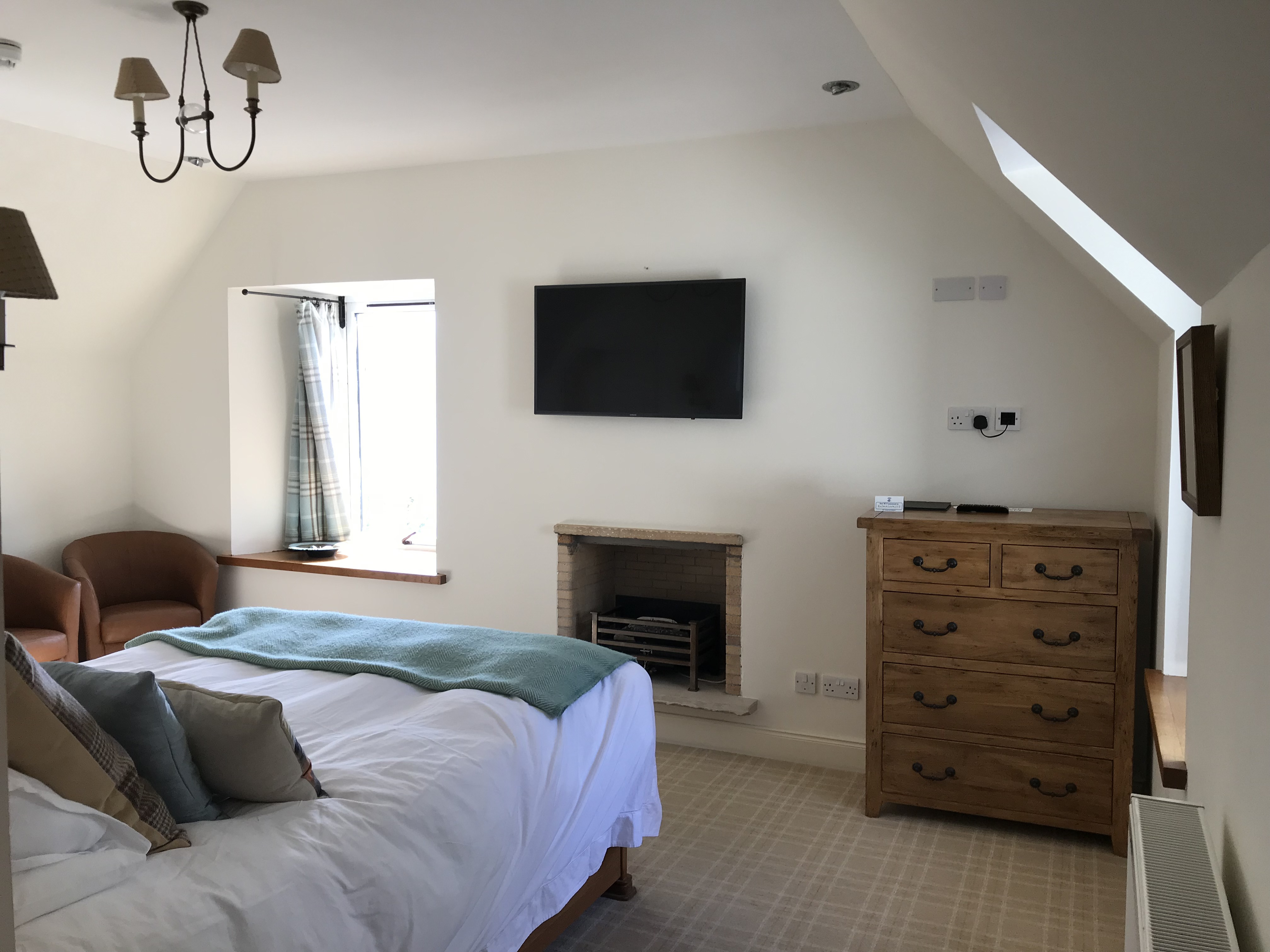 LUXURY KING SIZE ROOM WITH A DOUBLE BED AND LARGE BATHROOM