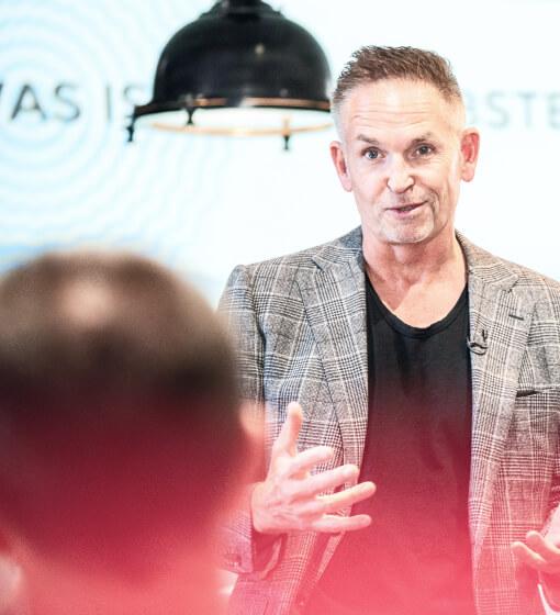 Leo Gärtner spricht mit Seminarteilnehmer