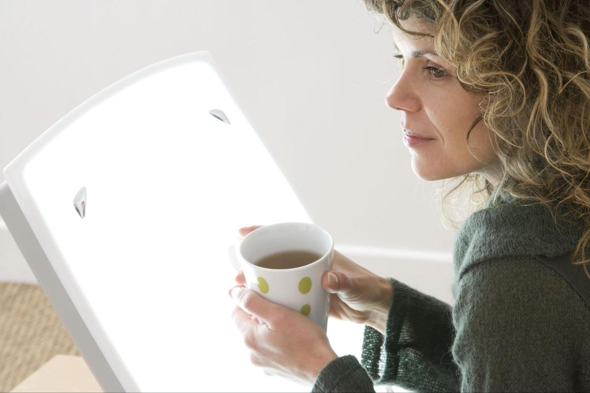 circadian rhythm disorder: woman holding a mug with tea